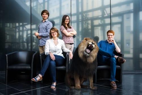 Das Studybees-Team mit Löwe